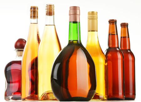 bebidas alcoh�licas: Botellas de bebidas alcoh�licas clasificados aislados en el fondo blanco
