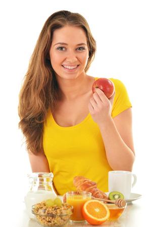 alimentacion balanceada: Mujer joven que desayuna. Alimentación equilibrada Foto de archivo