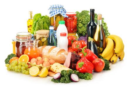 alimentacion balanceada: Composición con variedad de productos comestibles aislados en blanco. Foto de archivo