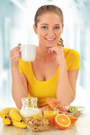 alimentacion balanceada: Mujer joven que desayuna. Alimentaci�n equilibrada Foto de archivo