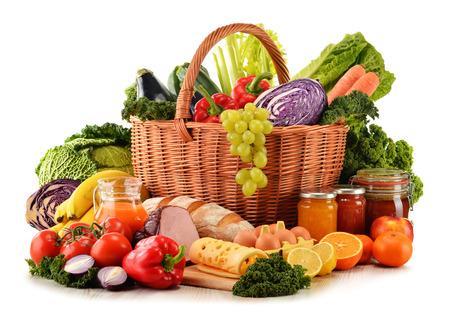 pan y vino: Variedad de productos comestibles org�nicos aislados en blanco Foto de archivo