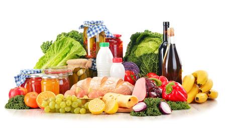 abarrotes: Composici�n con variedad de productos comestibles aislados en blanco. Foto de archivo