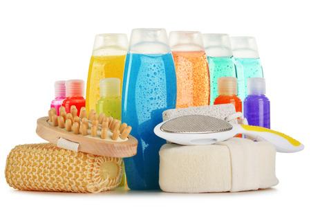 productos quimicos: Composici�n con botellas de pl�stico de cuidado del cuerpo y productos de belleza Foto de archivo