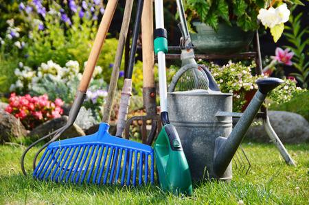 Gieter en gereedschappen in de tuin
