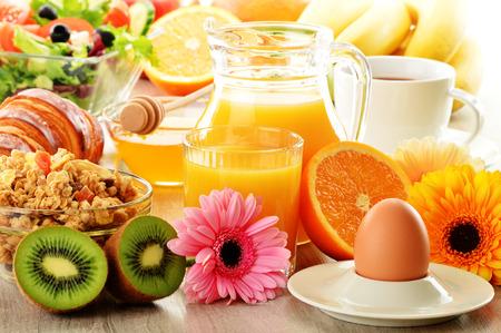 comidas saludables: Desayuno con café, zumo, cruasanes, ensalada, muesli y el huevo. Bufé sueco