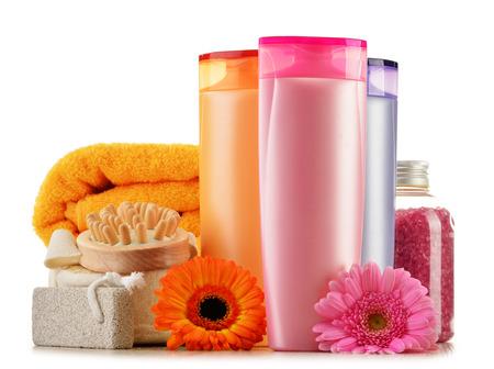 aseo personal: Composición con botellas de plástico de cuidado del cuerpo y productos de belleza Foto de archivo
