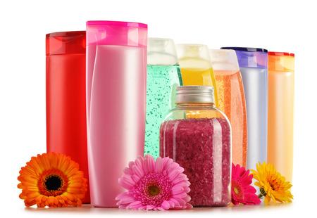 aseo personal: Composici�n con botellas de pl�stico de cuidado del cuerpo y productos de belleza Foto de archivo