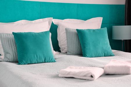 ホテルの部屋でベッド