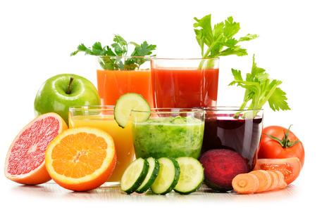 Glazen met verse organische die groente en vruchtensappen op wit worden geïsoleerd. Detox dieet. Stockfoto - 37642647