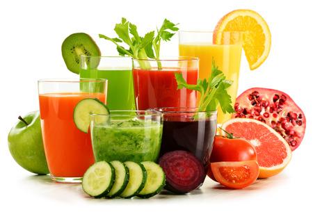 jugo de frutas: Gafas con jugos de frutas y verduras org�nicas frescas aisladas en blanco. Dieta de desintoxicaci�n.