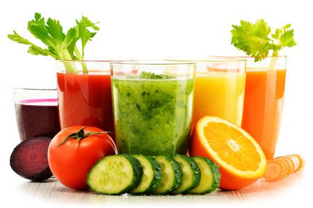 marchew: Okulary z świeżych organicznych warzyw i soków owocowych na białym. Detox dieta. Zdjęcie Seryjne