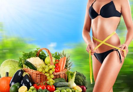 alimentacion equilibrada: Hacer dieta. Dieta equilibrada a base de verduras y frutas org�nicas primas Foto de archivo