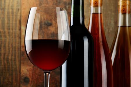 tomando alcohol: Composici�n con vidrio y botellas de vino.