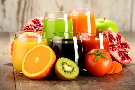Occhiali con verdure e succhi di frutta biologici freschi Detox dieta.