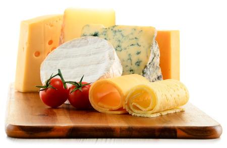 queso blanco: Diferentes tipos de queso en un tablero aislado en blanco