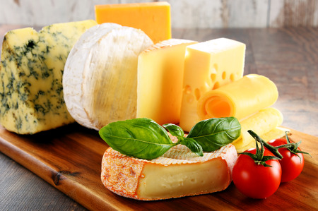 queso: Diferentes tipos de queso sobre la mesa de la cocina.