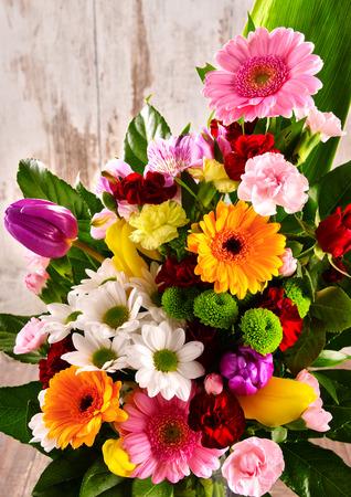 bouquet de fleurs: Composition avec bouquet de fleurs. Banque d'images