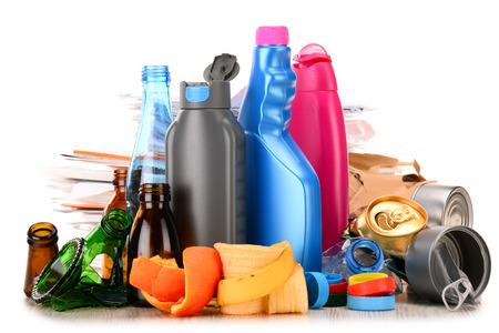 reciclar: Basura reciclable que consiste en vidrio, pl�stico, metal y papel aisladas sobre fondo blanco Foto de archivo