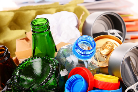 reciclar: Basura reciclable que consiste en vidrio, plástico, metal y papel Foto de archivo