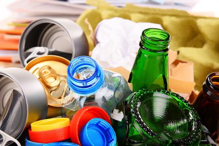 reciclaje papel: Basura reciclable que consiste en vidrio, pl�stico, metal y papel aisladas sobre fondo blanco Foto de archivo