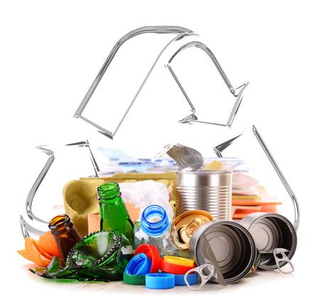 reciclable: Composici�n con basura reciclable que consiste en vidrio, pl�stico, metal y papel aisladas sobre fondo blanco Foto de archivo
