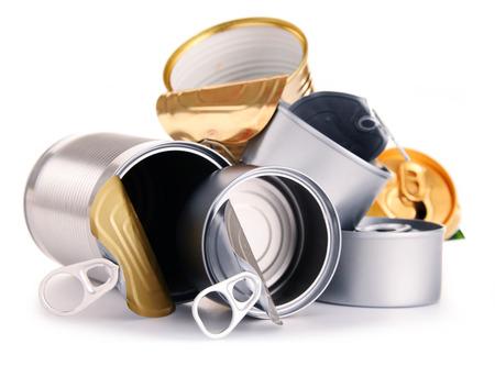 reciclable: Basura reciclable que consiste en latas de metal aislado en el fondo blanco
