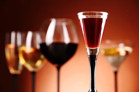 bebidas alcoh�licas: Gafas con una variedad de bebidas alcoh�licas Foto de archivo
