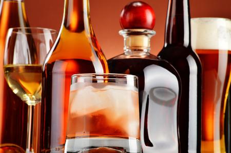 ボトルと各種アルコール飲料のグラス。 写真素材