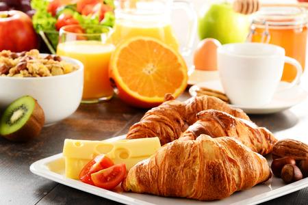 과일, 오렌지 주스, 커피, 꿀, 빵과 계란으로 구성된 아침 식사. 균형 잡힌 식단.