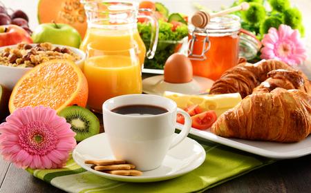 alimentacion balanceada: El desayuno consta de frutas, zumo de naranja, caf�, miel, pan y huevo. Dieta equilibrada.