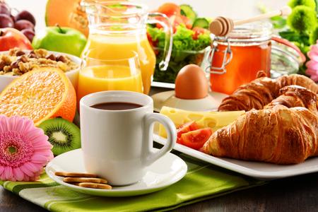 alimentacion balanceada: El desayuno consta de frutas, zumo de naranja, café, miel, pan y huevo. Dieta equilibrada.