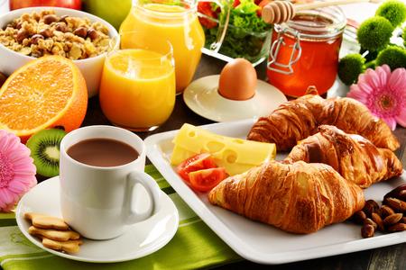 朝食は果物やオレンジ ジュース、コーヒー、蜂蜜、パン、卵から成る。バランスの取れた食事。