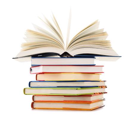kniha: Stoh knih na bílém pozadí.