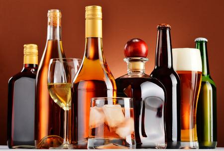 alcool: Bouteilles et verres de boissons alcoolisées assorties.