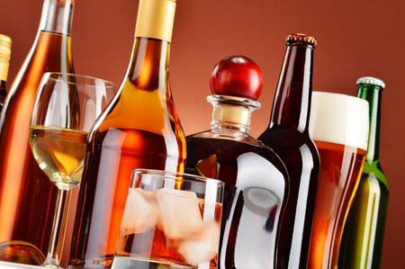 tomando alcohol: Botellas y vasos de bebidas alcoh�licas surtidos.