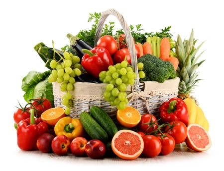 cestas de frutas: Variedad de verduras orgánicas y frutas en la cesta de mimbre aislada en blanco