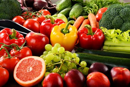 verduras: Composición con una variedad de verduras y frutas orgánicas.