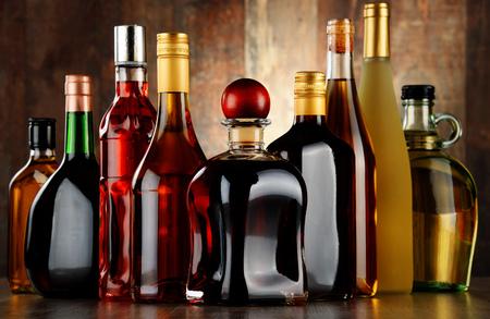 alcool: Bouteilles de boissons alcoolisées assortis Banque d'images