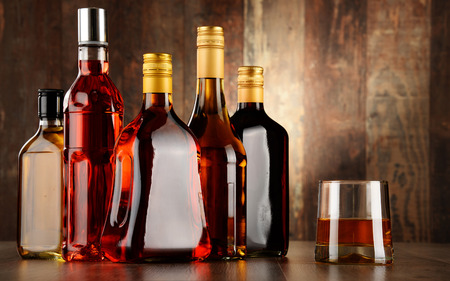 Bottiglie di bevande alcoliche assortite. Archivio Fotografico - 42697549