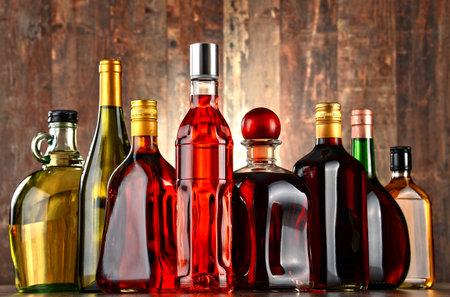 各種アルコール飲料のボトル。