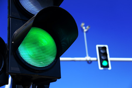 señales de transito: Semáforos en el cielo azul Foto de archivo