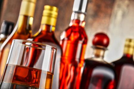 tomando alcohol: Botellas de bebidas alcoh�licas surtidos.