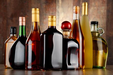bebidas alcohÓlicas: Botellas de bebidas alcohólicas surtidos.