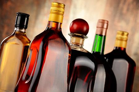 bebidas alcoh�licas: Botellas de bebidas alcoh�licas surtidos.