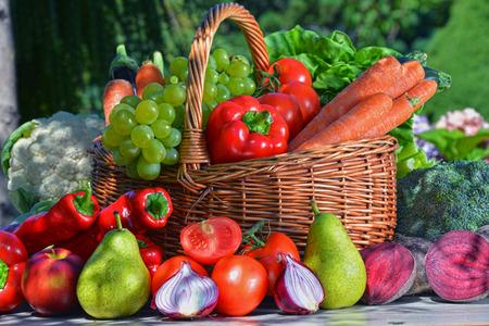 balanced diet: Verduras org�nicas frescas y frutas en el jard�n. Dieta equilibrada