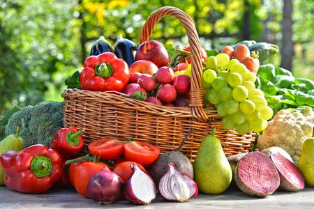verduras: Verduras org�nicas frescas y frutas en el jard�n. Dieta equilibrada