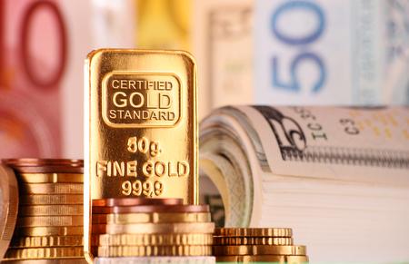 billets euros: Composition avec 50 grammes d'or bar, billets de banque et pièces de monnaie. Banque d'images