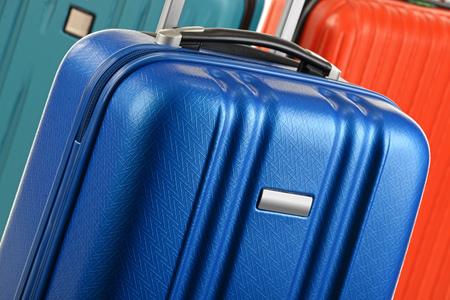 maleta: maletas de viaje de plástico. Equipaje de mano. Foto de archivo