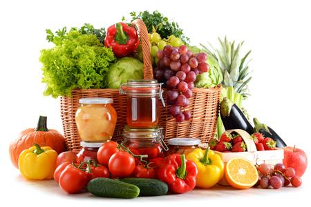 alimentacion balanceada: Composición con alimentos orgánicos aislados sobre fondo blanco. Dieta equilibrada