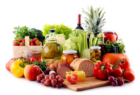 pan y vino: Composici�n con alimentos org�nicos aislados sobre fondo blanco